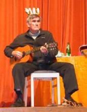 Marshall Rosenberg gitárral