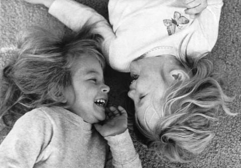 """Öröm - Szász Zsuzsanna fotója (""""Gyermekünk szótlan nyelve"""" Kossuth Nyomda 1987)"""