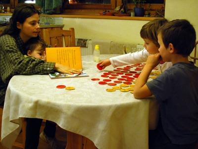 Ónodi Ági, Bence, Eszter és Rebekka kirakóst játszanak, 2010 jan.